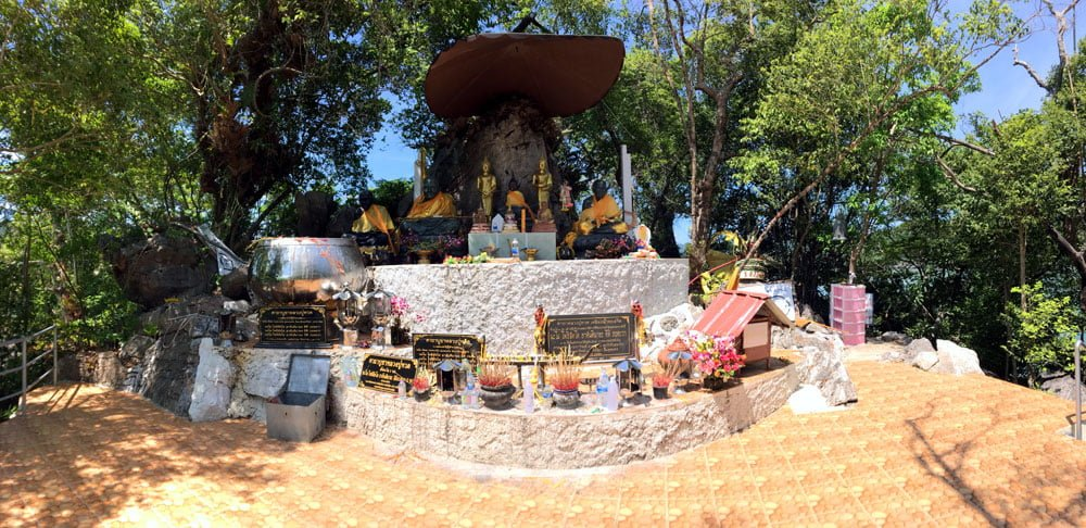 Khanom Nok Nui Luang Po Taud Shrine